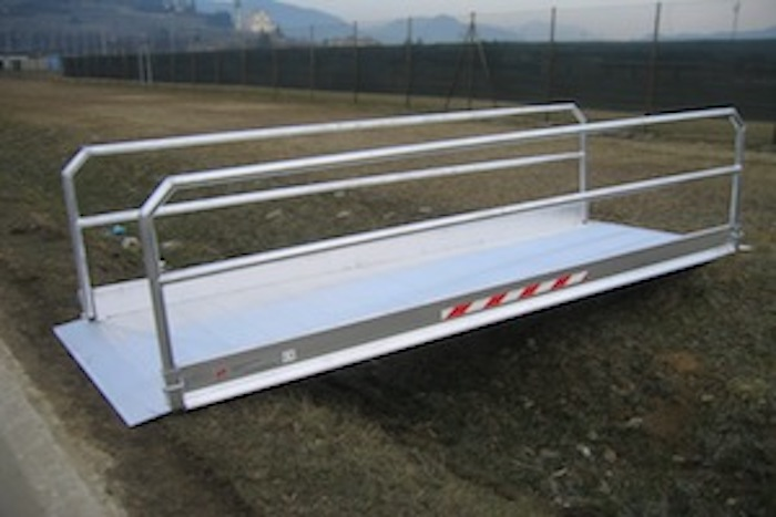 Fahrzeug- und Fußgängerbrücken mit Geländer